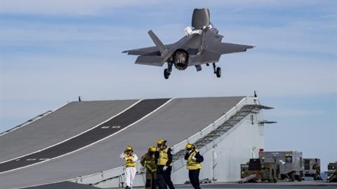 Tàu sân bay Anh mất 1 F-35B khi chưa kịp...