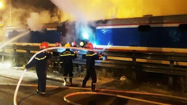 Một toa tàu SE8 cháy, thiêu rụi hơn chục tấn hàng hóa