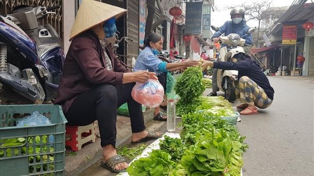 Hà Nội: Một người bán rau ngoài chợ dương tính với COVID-19
