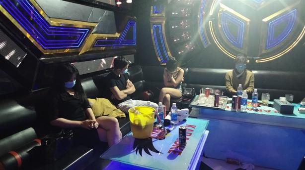 10 nam thanh nữ tú bay lắc trong quán karaoke