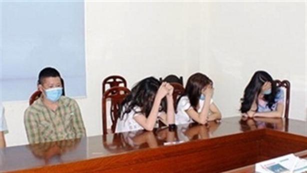 3 cô gái trẻ thác loạn cùng 4 người trong khách sạn