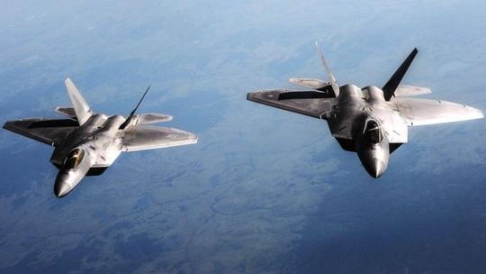 Máy bay tiếp dầu giúp F-22 thực hiện điều không thể