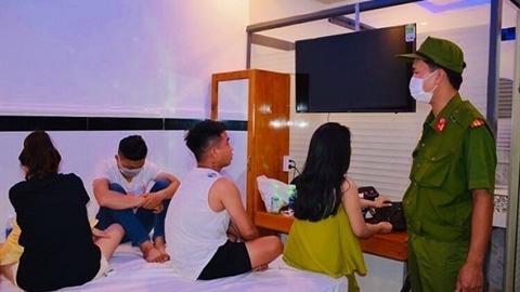 2 nam, 8 nữ làm bậy ở khách sạn