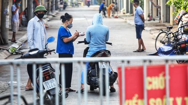 Hà Nội 13 ca cộng đồng; có chợ phát 'tem phiếu'