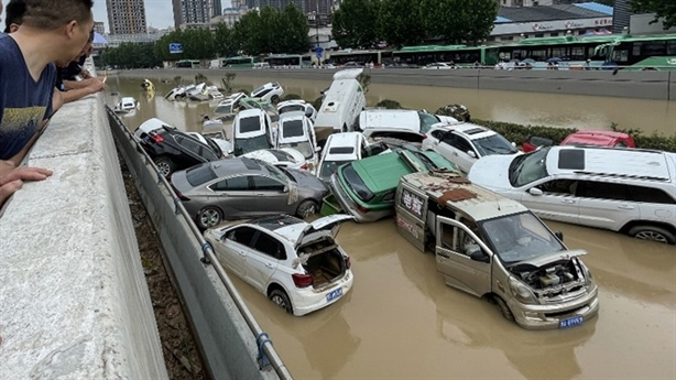 Ô-tô chất đống sau lũ lụt Trung Quốc: Khó về Việt Nam