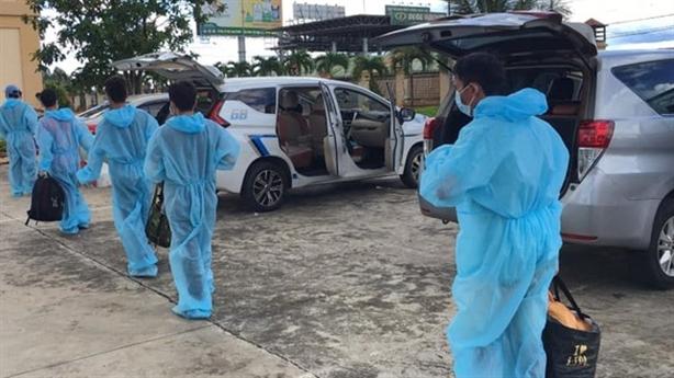 Dân góp tiền thuê ôtô chở 12 người về quê: 'Thương lắm'