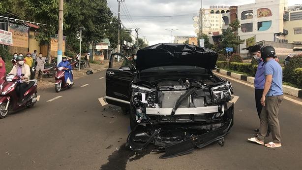 Hai ôtô rượt đuổi, nổ súng giữa phố Pleiku: Cú va chạm...
