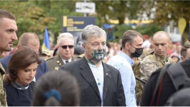 Ông Poroshenko bị hắt chất bẩn, đổ lỗi cho Zelensky