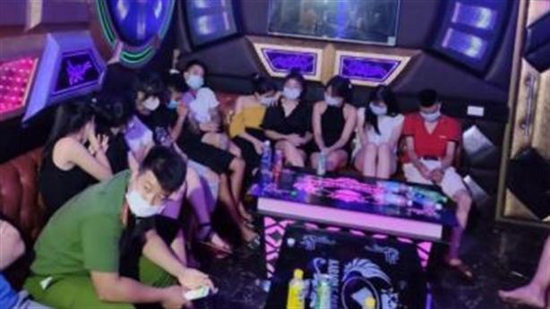 Chân dài hư hỏng với thanh niên trong quán karaoke