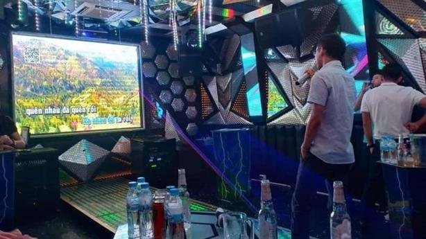 Hồi kết thầy hiệu trưởng vào quán karaoke giữa dịch