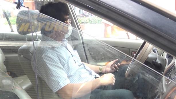 Vi phạm chống dịch, Thanh tra Sở TN-MT cố thủ trong ôtô