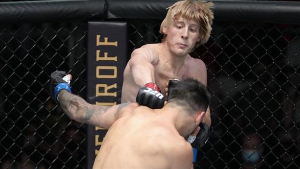 Tân binh UFC tung combo đòn hạ đối thủ