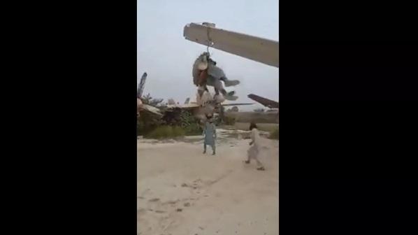 Taliban 'chế' cánh máy bay Mỹ thành xích đu