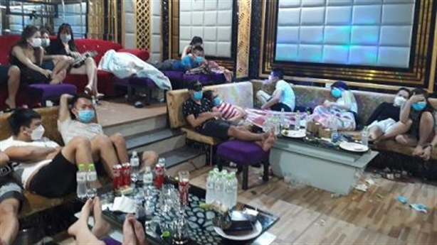 18 nữ thác loạn với 35 nam ở Karaoke Luxury