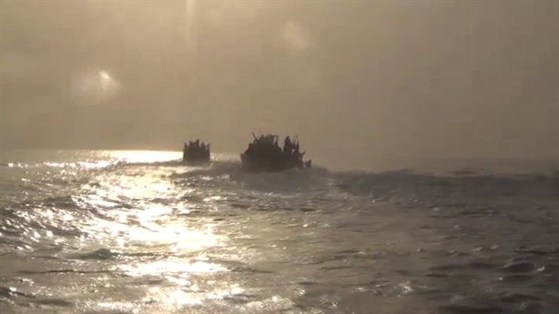 Xem cảnh Vệ binh Iran chặn đầu Hải quân Mỹ