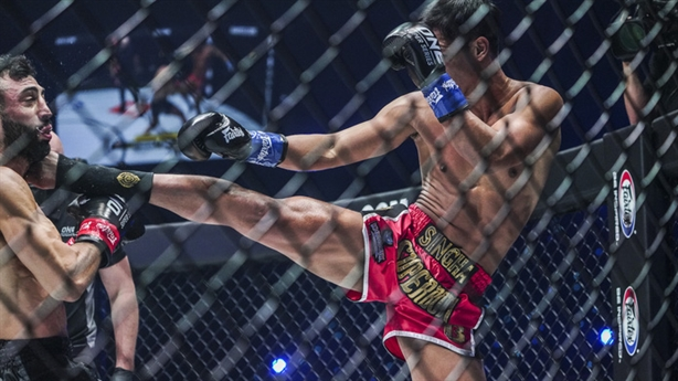 Võ sĩ Thái ra đòn hạ huyền thoại sống Kickboxing
